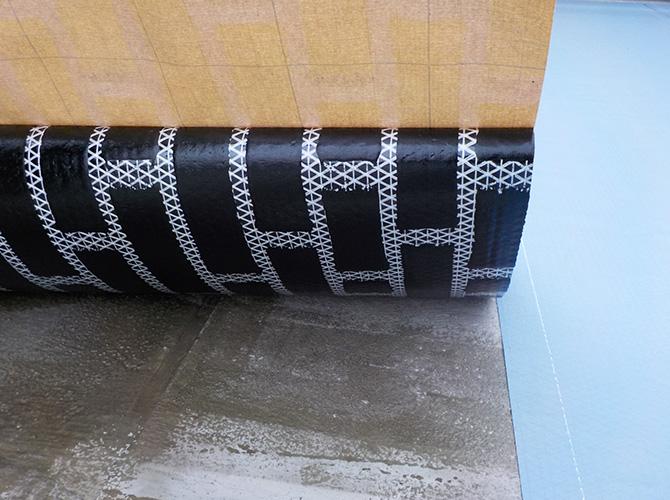 通気マットの設置後防水材を塗っていきます。