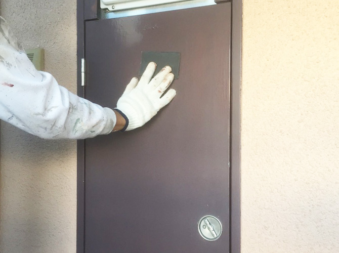 PS扉をケレン清掃で錆び・汚れを落とします。