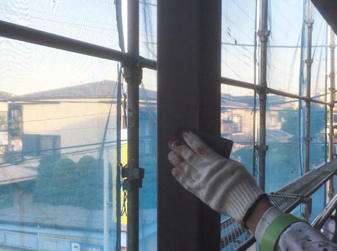 共用部柱などの鉄部はしっかりとケレン清掃をします。