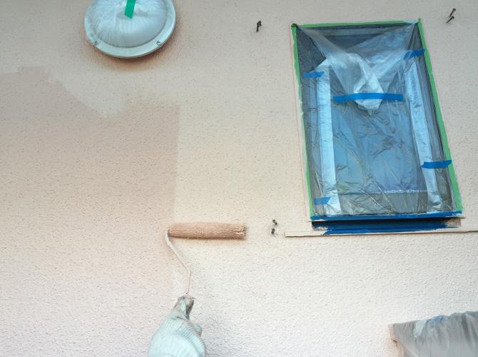 共用部壁塗装の上塗り施工中です。
