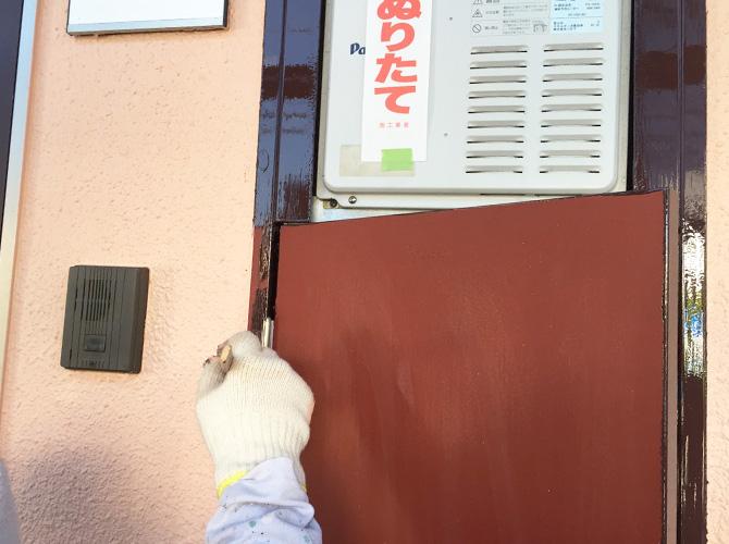 PS扉の中塗り施工中のようすです。