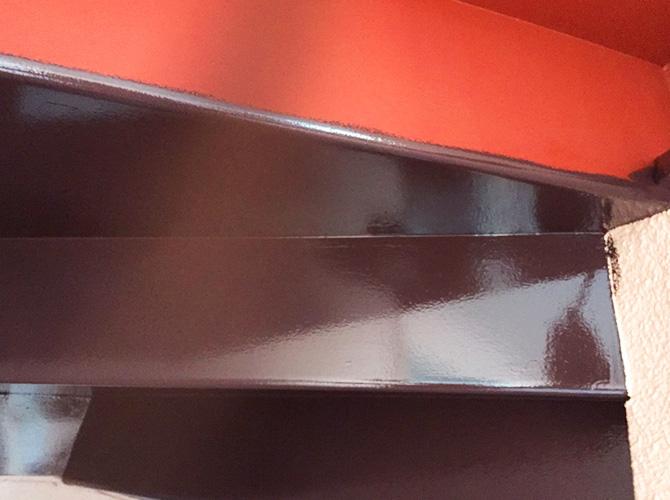 階段裏塗装の中塗り施工中のようすです。