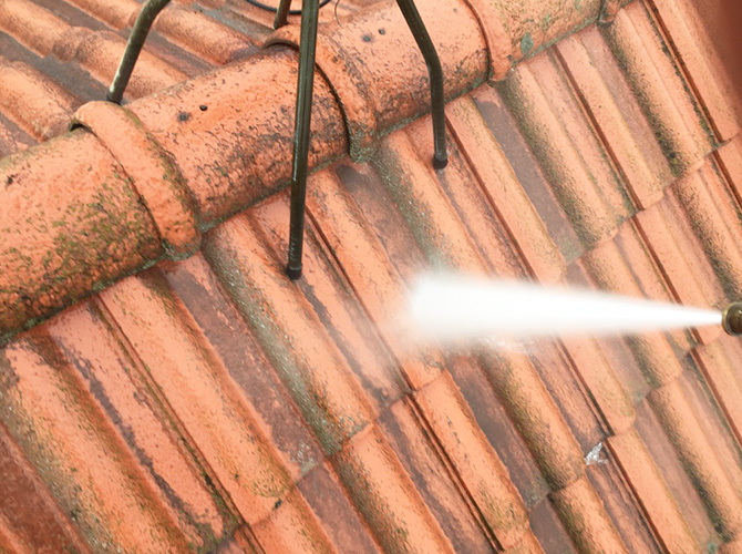 屋根の汚れを高圧洗浄で落とします。