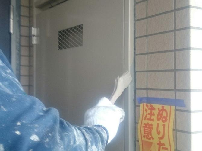 鉄部の中塗り施工中のようすです。