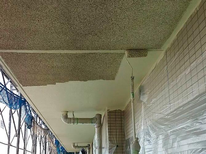 共用部廊下の天井部分の塗装中です。