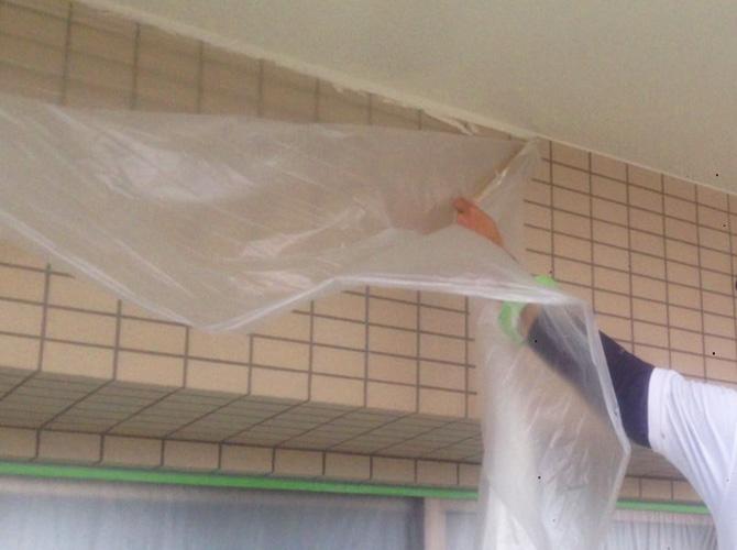 塗装完了後に養生を片付けて清掃します。