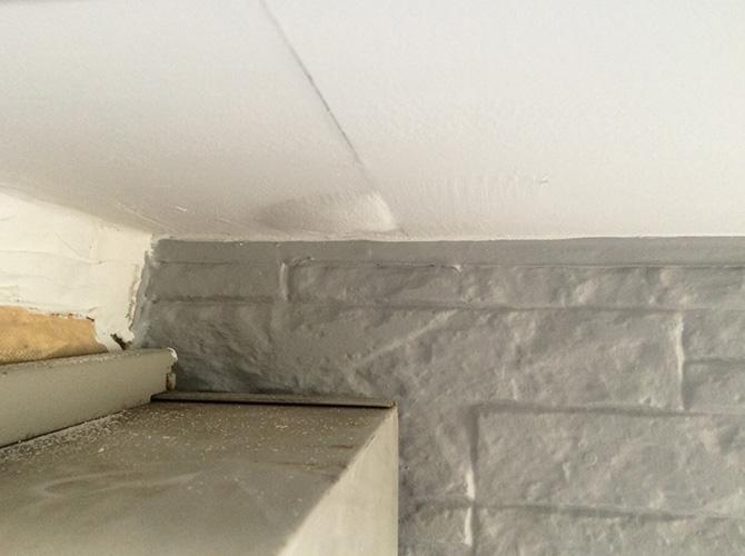 天井の膨れ補修の施工中です。