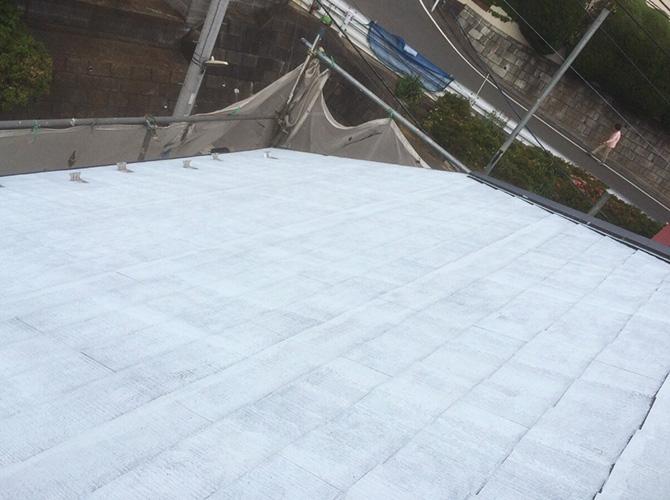 屋根塗装の下塗り施工後の状態です。