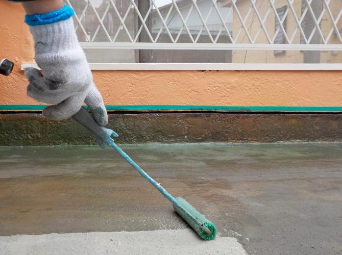 バルコニー床面のプライマー塗布中です。