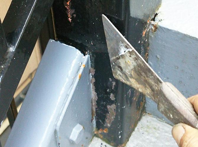 塗装前にサビ・汚れをしっかりと落とします。