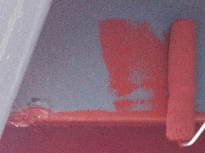 錆止め塗料の塗装中のようすです。