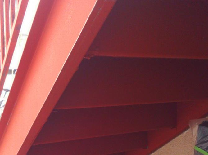 鉄骨階段の裏側もしっかりと錆止めします。