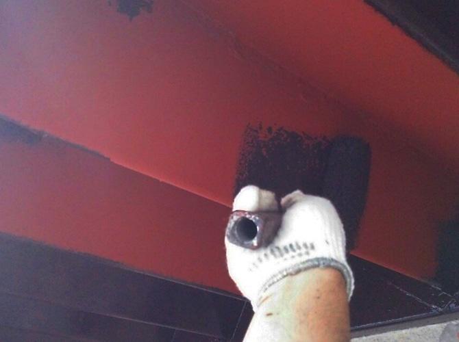 錆止め塗料後の中塗り施工中です。