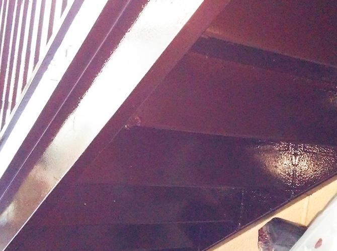 鉄骨階段裏側の塗装完了後のようすです。