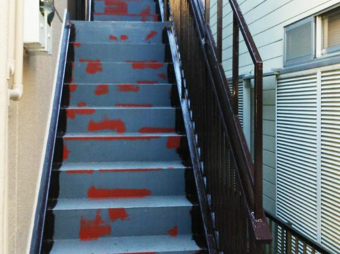 鉄骨階段の手すり塗装完了後です。