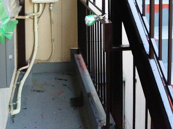 鉄部は錆止め・中塗り・上塗りが基本工程です。