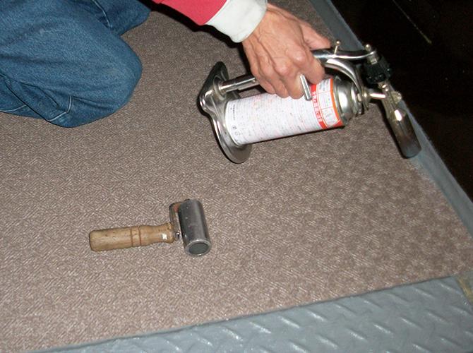 更にコーナー個所は専用の機器で加熱して押さえます。