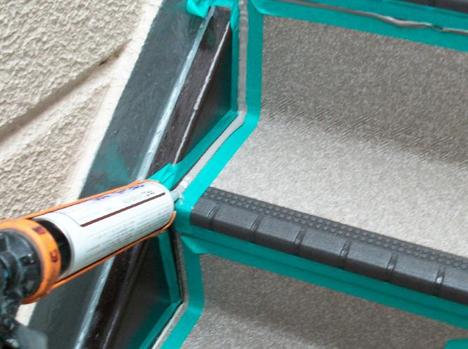 共用階段のシーリング施工中です。