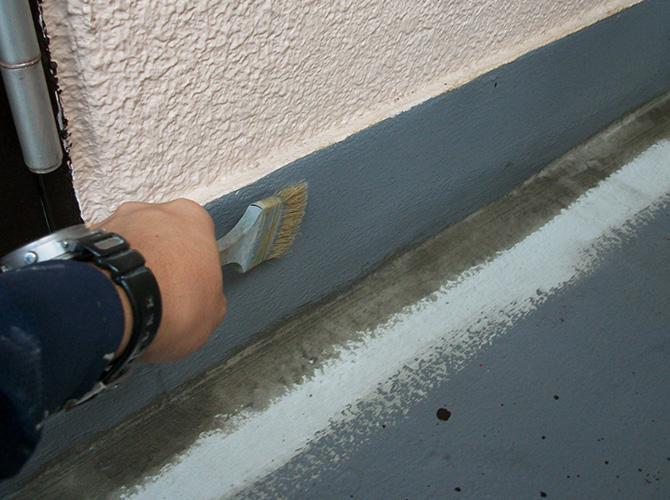 共用廊下立上り部分のウレタン塗布中です。
