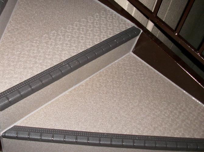 階段の長尺シート工事完了後です。