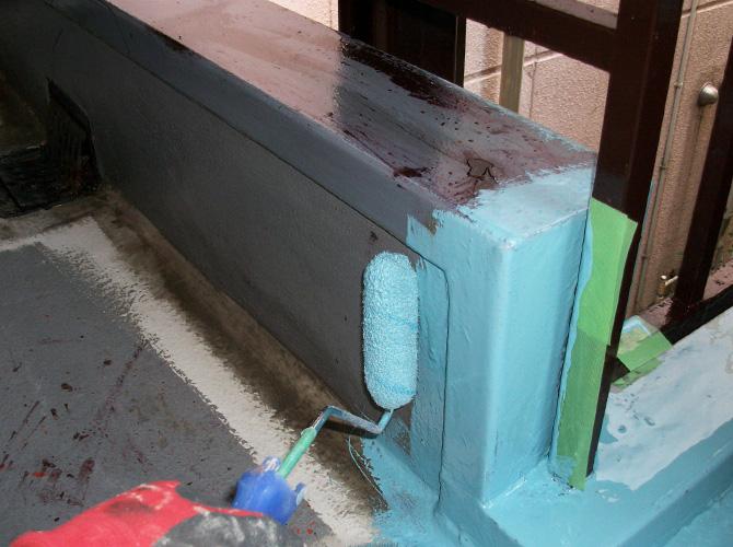 シートを張らない箇所も防水材を塗布します。
