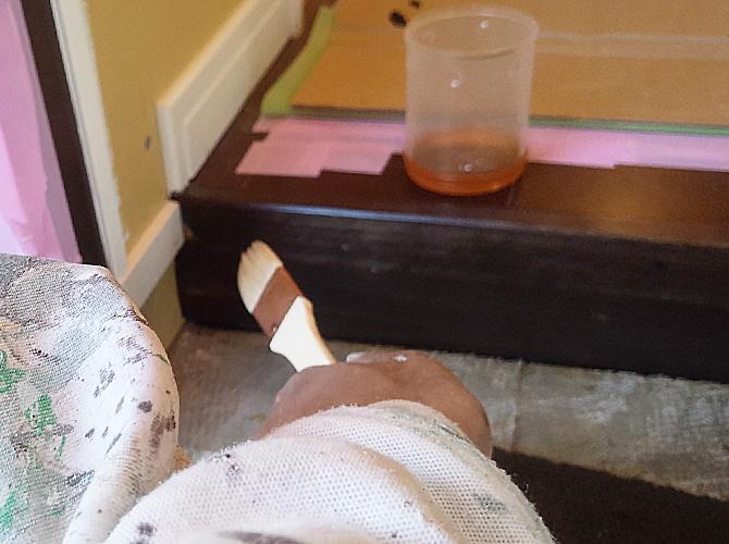 塗装箇所によって刷毛とローラーを使い分けます。