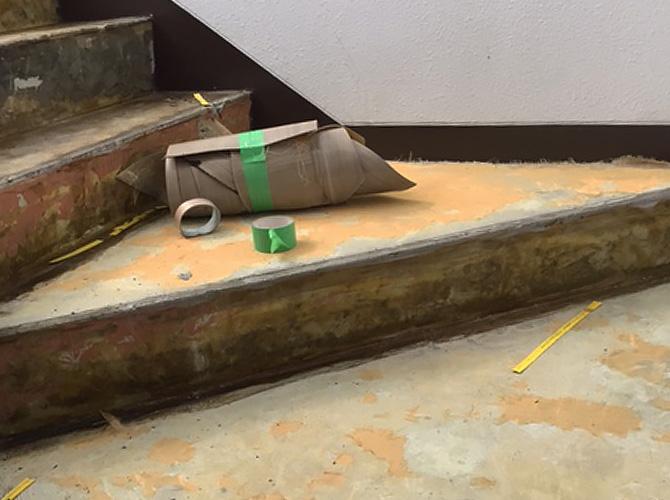階段踊り場の長尺シートの撤去後の状態です。