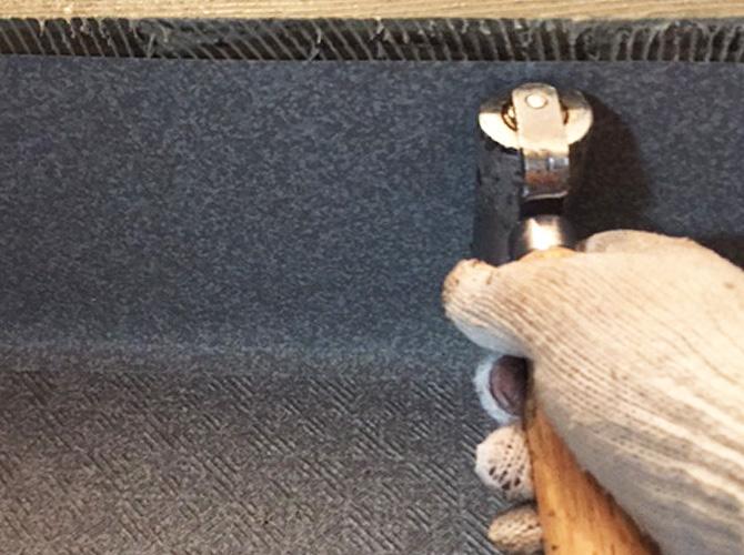 長尺シートと床面をしっかりと圧着させます。
