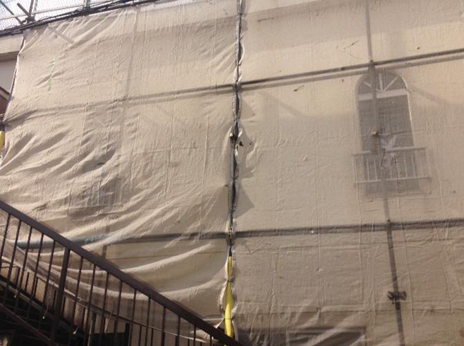 塗装工事前に足場とメッシュシートを設置します。