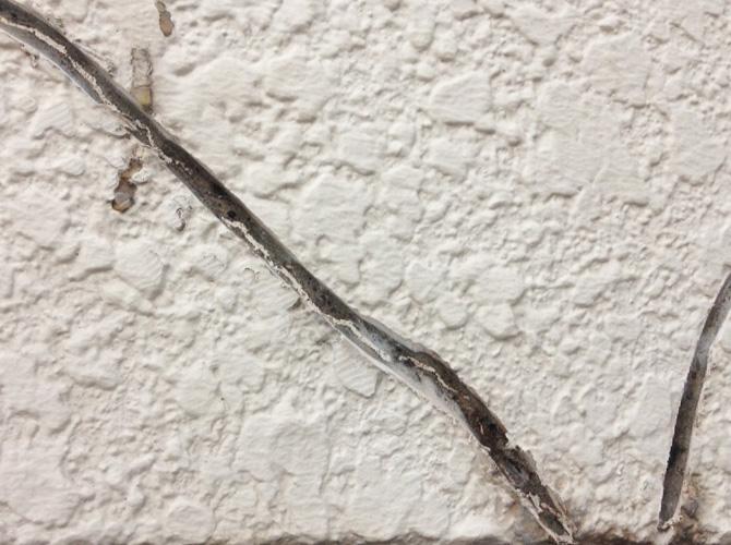 外壁ひび割れ個所のUカット施工後です。