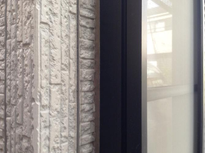 窓廻りのコーキングの補修前です。