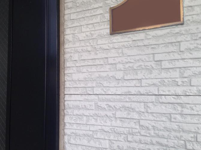玄関ドアのコーキング補修前です。