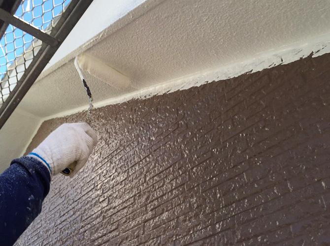軒天の中塗り施工中のようすです。