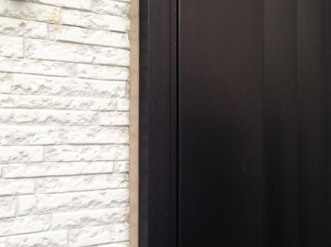ドア廻りのコーキング補修前のようすです。