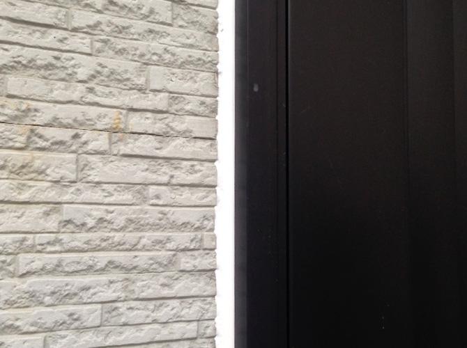 ドア廻りのコーキング補修完了後です。