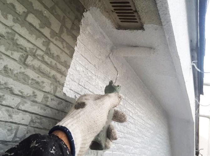外壁と軒天井の下塗り塗装中のようすです。