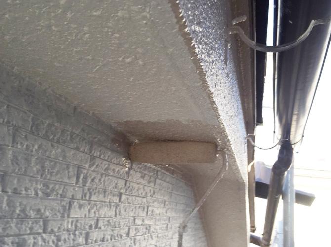 軒天塗装の中塗り施工中のようすです。