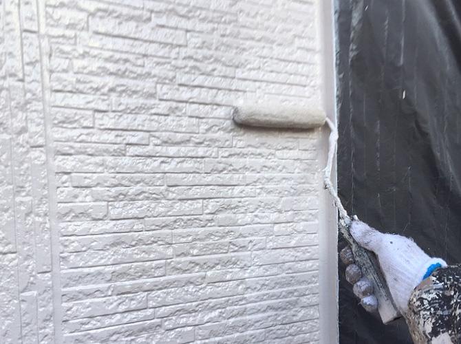 玄関周りの壁上塗り施工中のようすです。