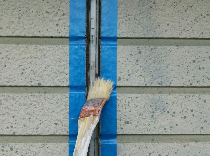 外壁目地部分のプライマー塗布中です。