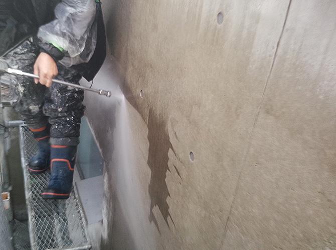 外壁の高圧洗浄中のようすです。