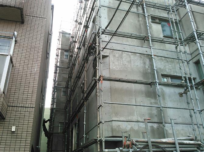 塗装工事の施工前の足場の設置中です。