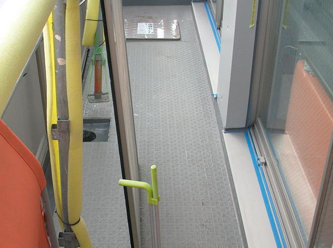 バルコニーの長尺シート工事完了後のようすです。