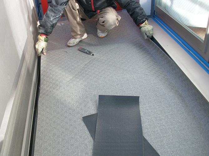 床部分の長尺シートの設置中のようすです。