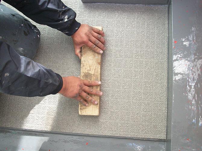 床部分にしっかりと長尺シートを貼り付けていきます。