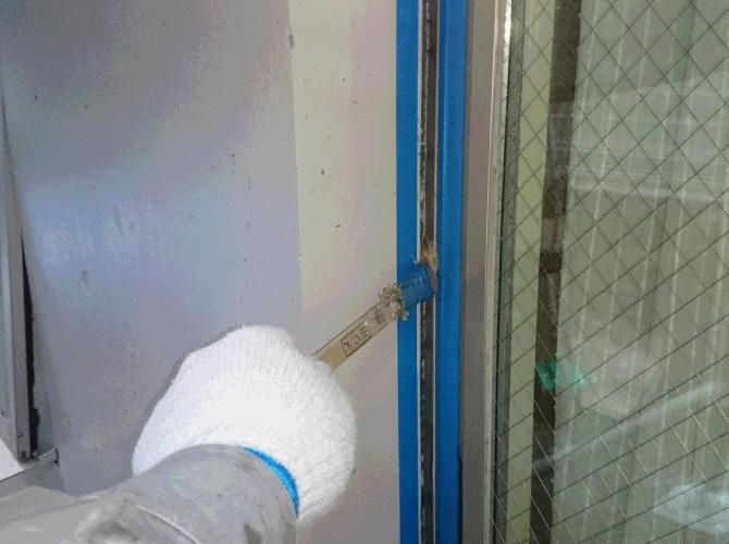 プライマーを塗って密着性を高めます。