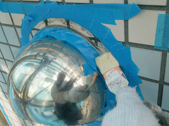 養生を張って打ち込み個所に接着剤を塗ります。