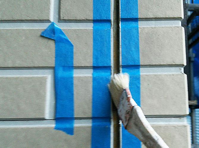 シーリング剤が密着するように接着剤を塗ります。