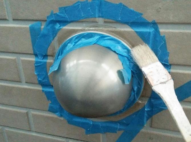 養生設置後に接着剤を塗ります。
