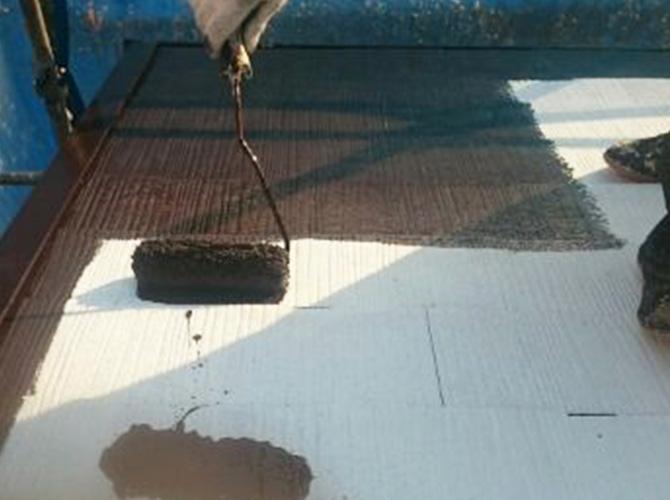 屋根塗装の中塗り施工中