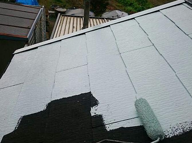 下屋根塗装の下塗り施工中のようすです。
